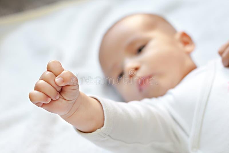 Zwalcza dla dzieci, silny dziecko pokazuje pięść fotografia stock