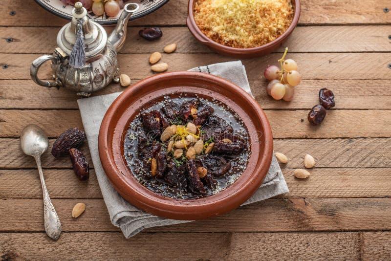 Zwalniam gotował wołowinę z datami, rodzynkami i migdałami, - marokański tajine obraz royalty free