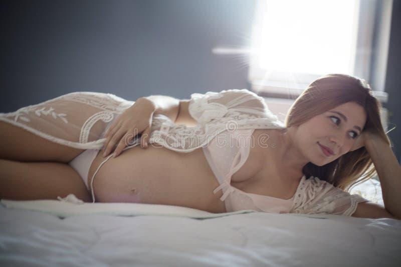 Zwanger geeft schoonheid stock foto