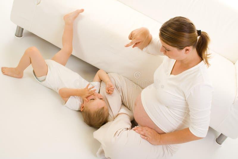 Zwanger mamma en kind royalty-vrije stock afbeeldingen