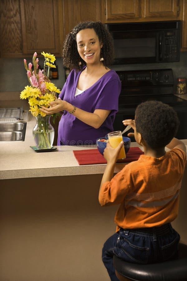 Zwanger mamma met zoon. royalty-vrije stock foto
