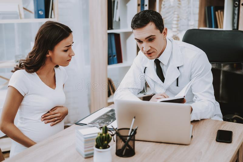 Zwanger Meisje bij de Gynaecoloog Doctor stock foto