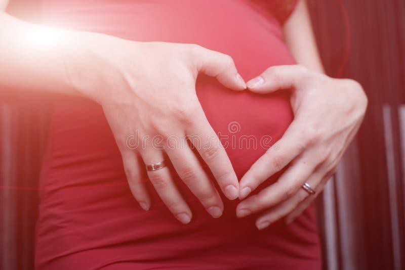 Zwanger meisje in een kledings aanstaande moeder royalty-vrije stock foto's