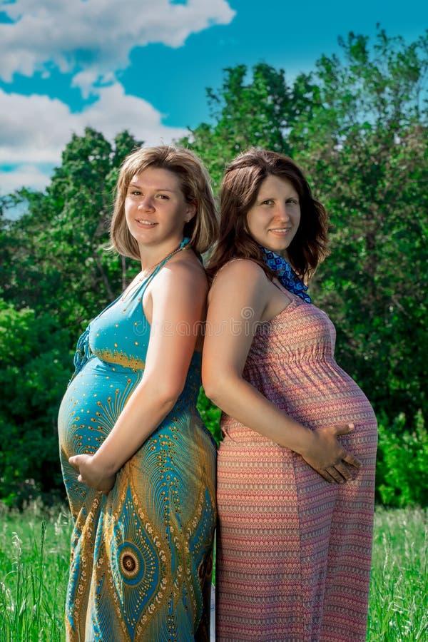 Zwanger meisje op de aard royalty-vrije stock afbeeldingen