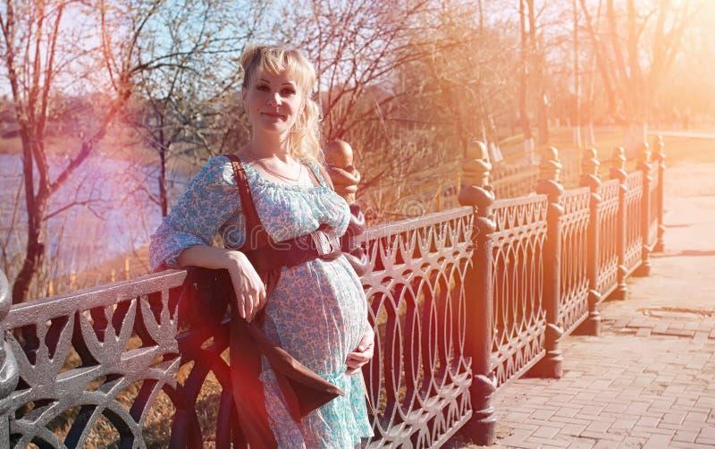 Download Zwanger Meisje Op Een Gang In Het Park Meisje Met Een Buik In Ci Stock Foto - Afbeelding bestaande uit kind, nave: 107708738
