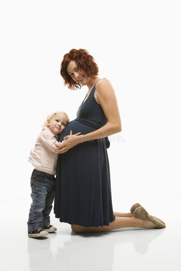 Zwanger moeder en kind. stock foto