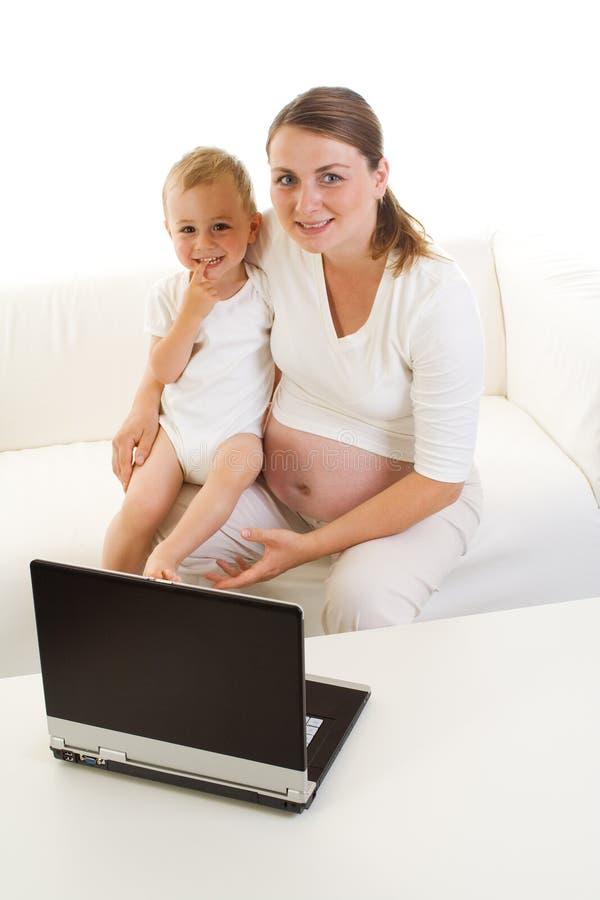 Zwanger moeder en kind stock foto's