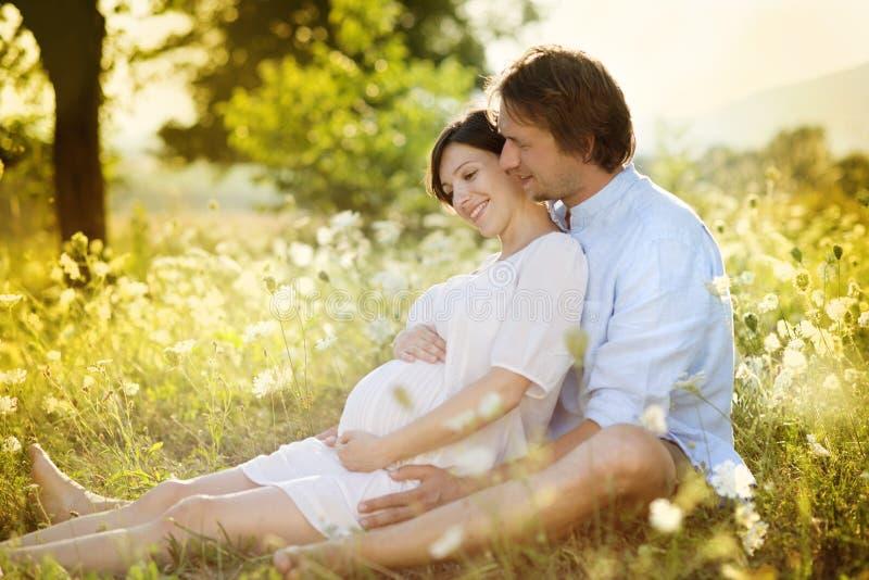 Zwanger paar stock foto
