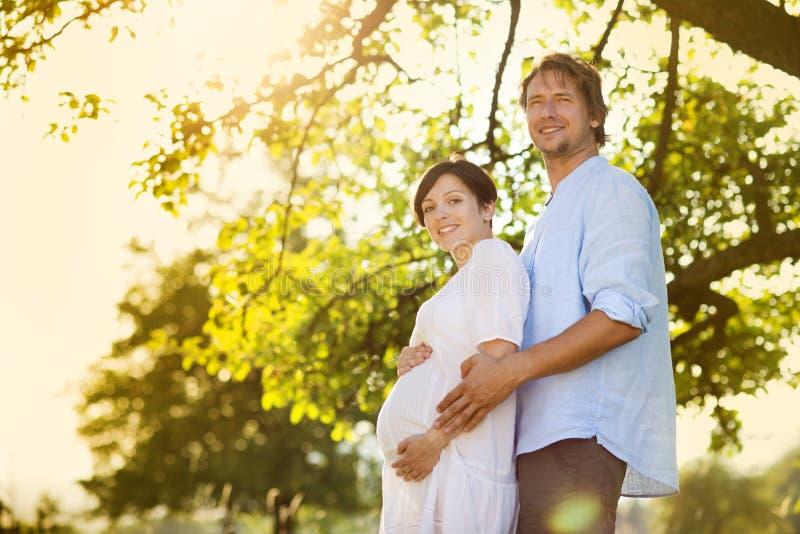 Zwanger paar royalty-vrije stock afbeelding