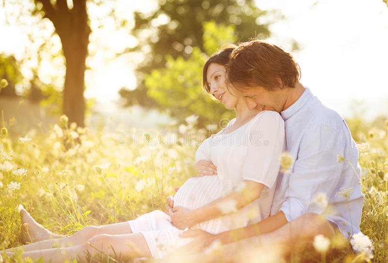 Zwanger paar royalty-vrije stock fotografie