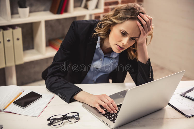 Zwangere bedrijfsvrouw stock fotografie