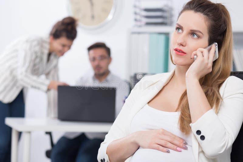 Zwangere exec en bedrijfsvraag stock afbeeldingen
