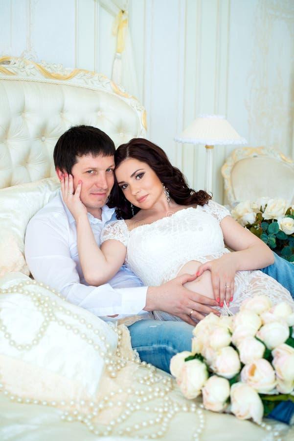 Zwangere familie: echtgenoot en vrouw die op de geboorte van de baby wachten royalty-vrije stock foto