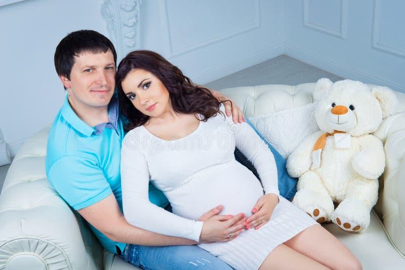 Zwangere familie, jong gelukkig paar die een baby verwachten stock foto's