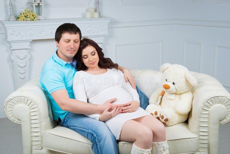 Zwangere familie, jong gelukkig paar die een baby verwachten stock fotografie