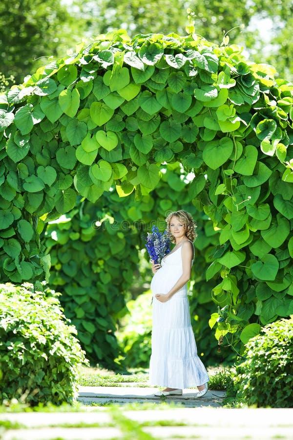 Zwangere Kaukasische vrouw stock afbeeldingen