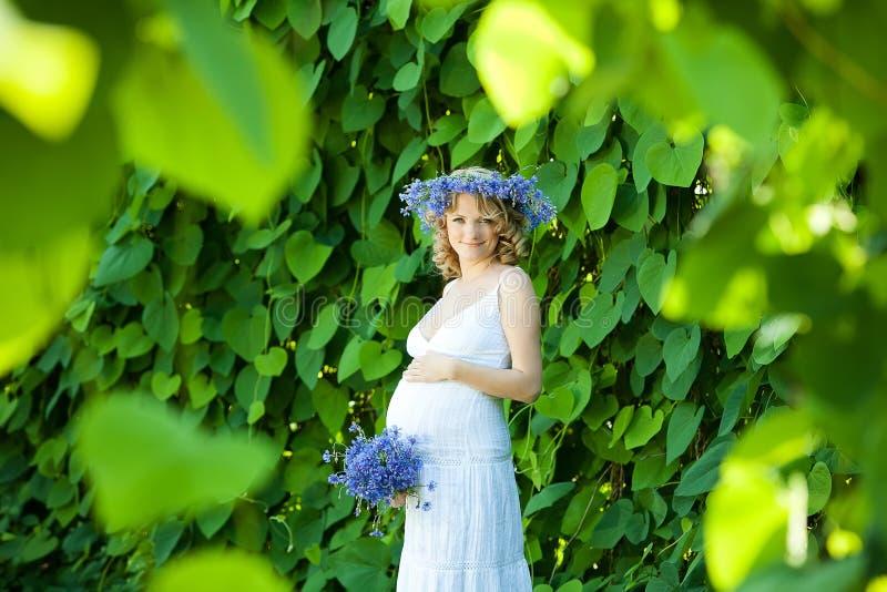 Zwangere Kaukasische vrouw stock afbeelding