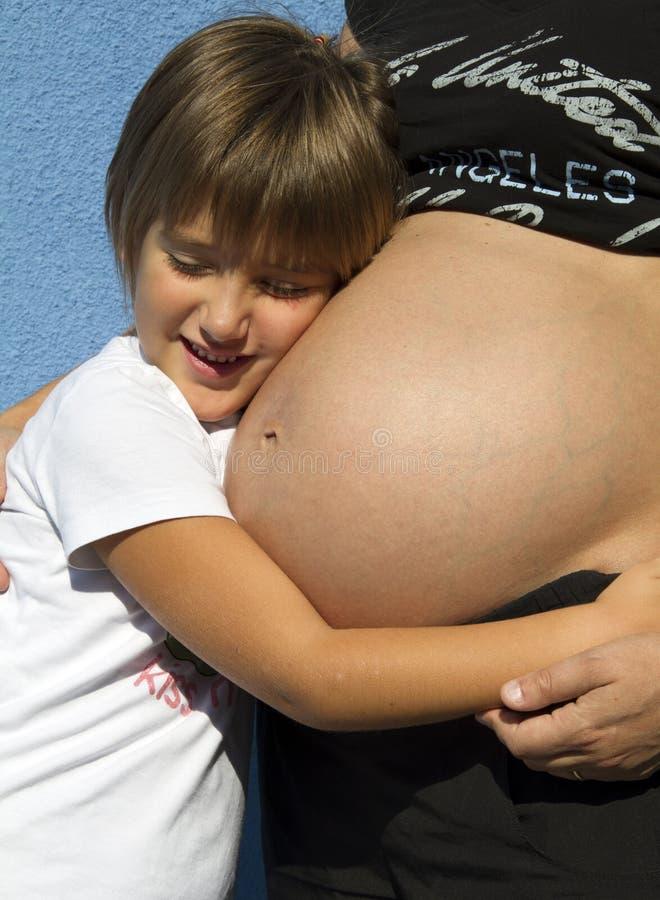 Zwangere mamma en zoon royalty-vrije stock afbeelding
