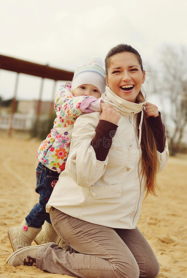 Zwangere moeder met babydochter royalty-vrije stock foto