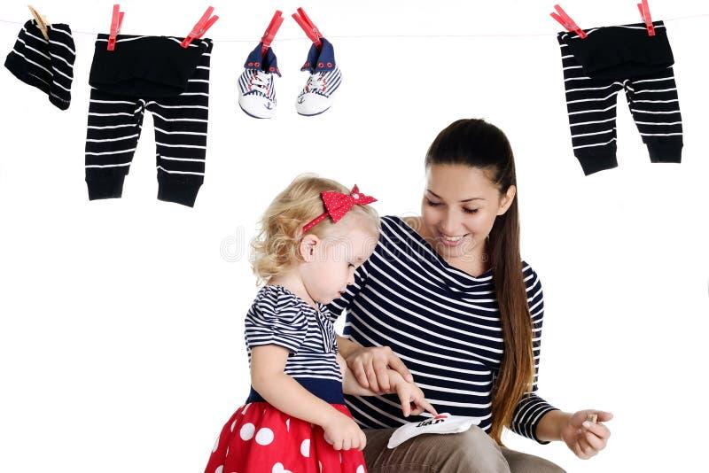 Zwangere moeder met haar babydochter royalty-vrije stock afbeelding