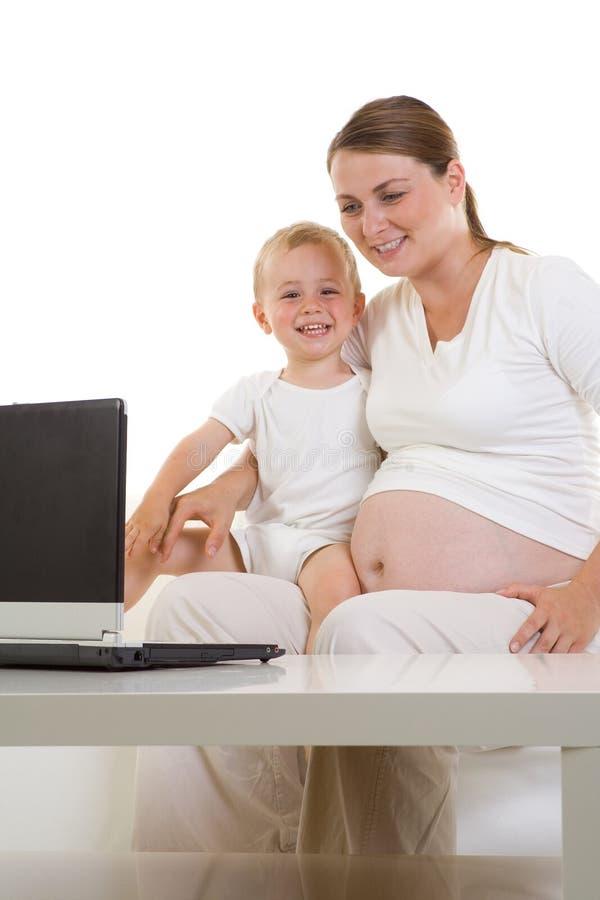 Zwangere moeder met kind stock foto