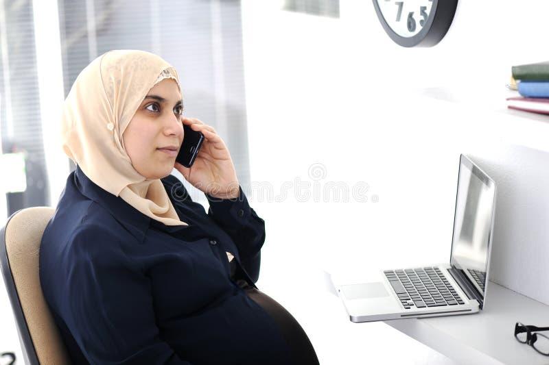 Zwangere Moslim Arabische bedrijfsvrouw royalty-vrije stock fotografie