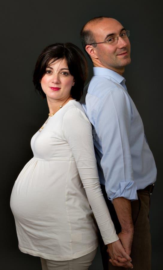 Zwangere paar dwarsvinger stock afbeeldingen