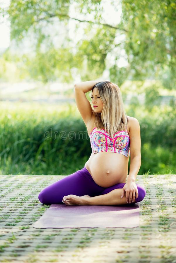 Zwangere praktijkenyoga in openlucht Prenatale Yoga en Geschiktheid royalty-vrije stock afbeelding