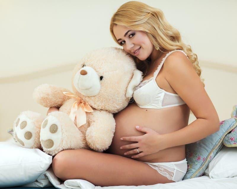 Download Zwangere Vrouw stock foto. Afbeelding bestaande uit bruin - 39109164