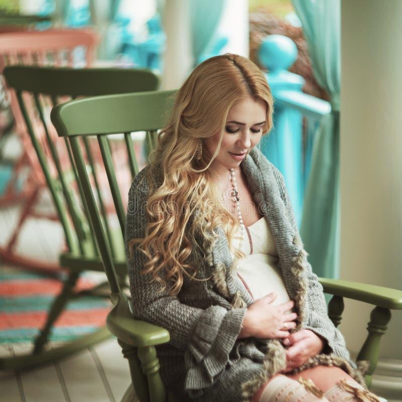 Download Zwangere Vrouw stock foto. Afbeelding bestaande uit bloem - 39109256