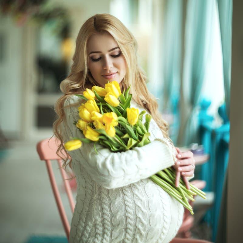 Download Zwangere Vrouw stock foto. Afbeelding bestaande uit vrolijk - 39109280