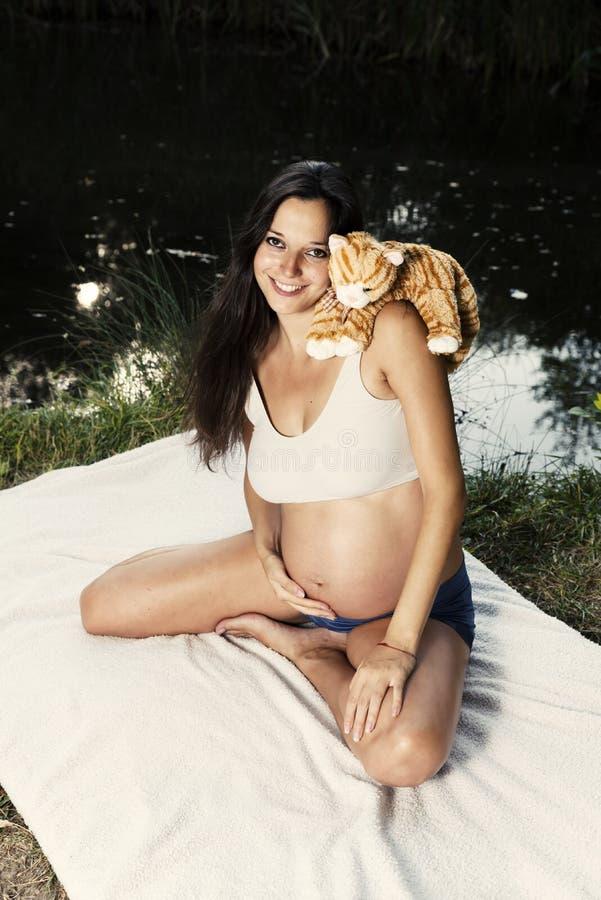 Zwangere Vrouw Cat Lake Park Outdoor royalty-vrije stock foto's