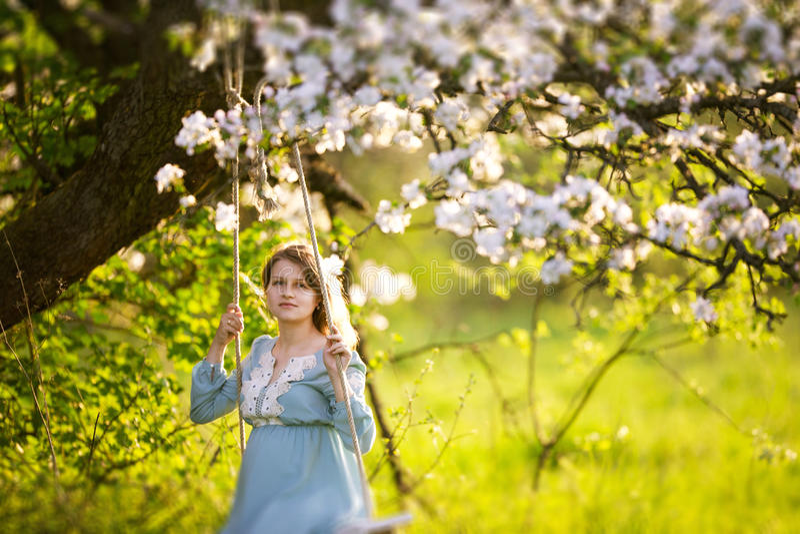 Zwangere vrouw in de tuin royalty-vrije stock afbeeldingen