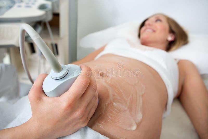 Zwangere Vrouw die door een Echoscopie gaan royalty-vrije stock fotografie