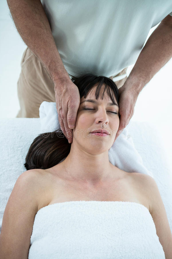 Zwangere vrouw die een massage van masseur ontvangen royalty-vrije stock foto