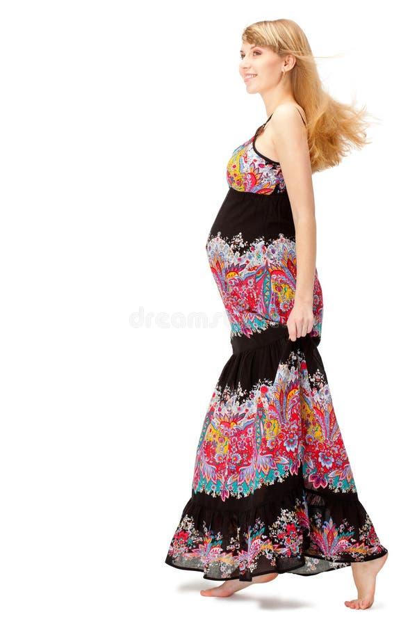 Zwangere vrouw die lange kleding draagt royalty-vrije stock foto's