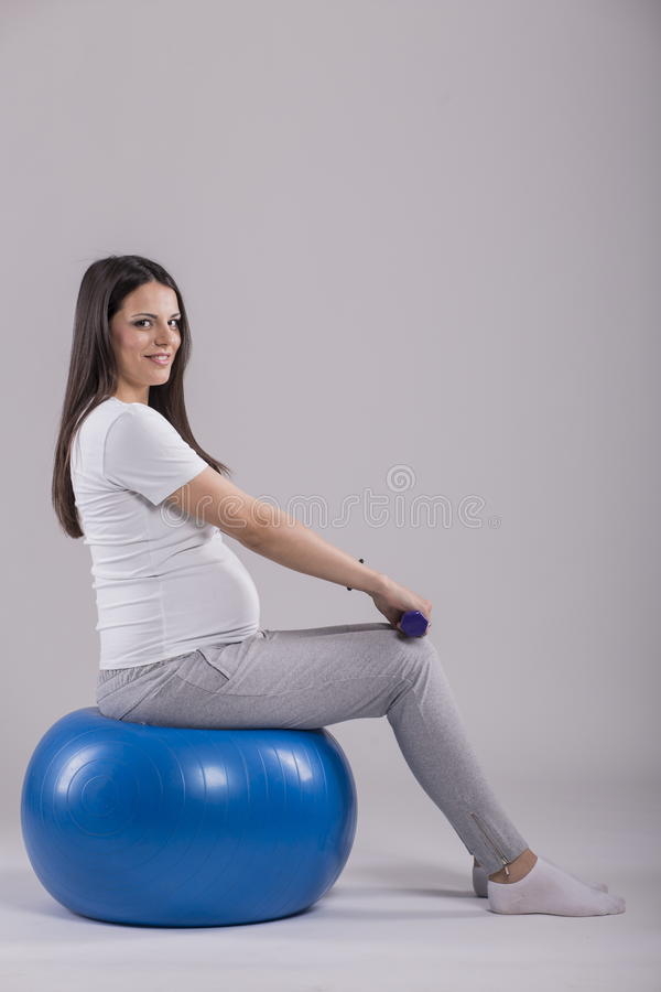 Zwangere vrouw die oefening doet royalty-vrije stock fotografie