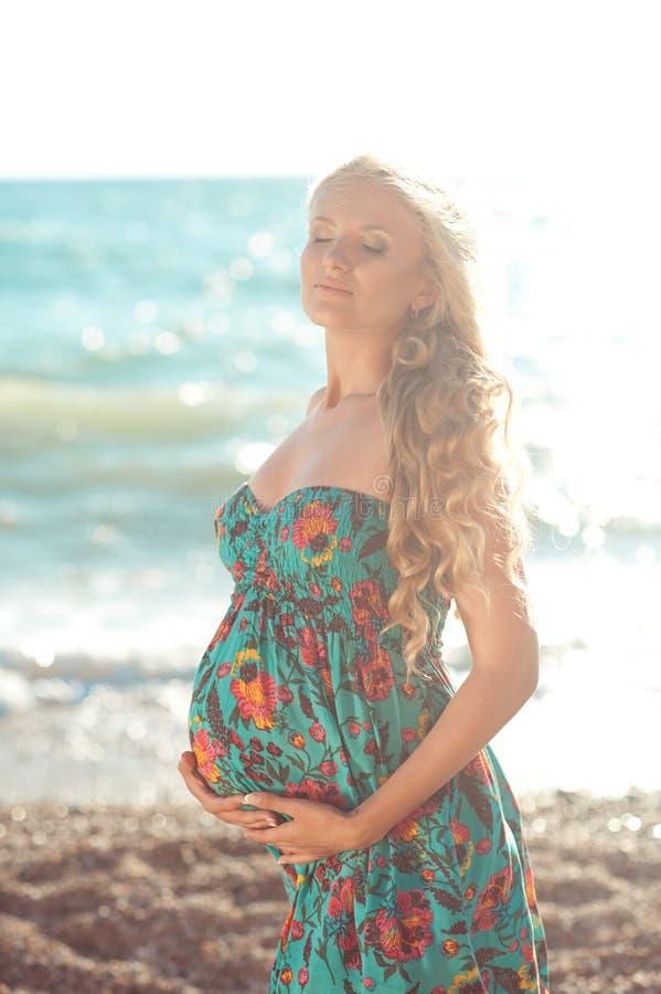 Zwangere vrouw die in openlucht rusten stock foto's