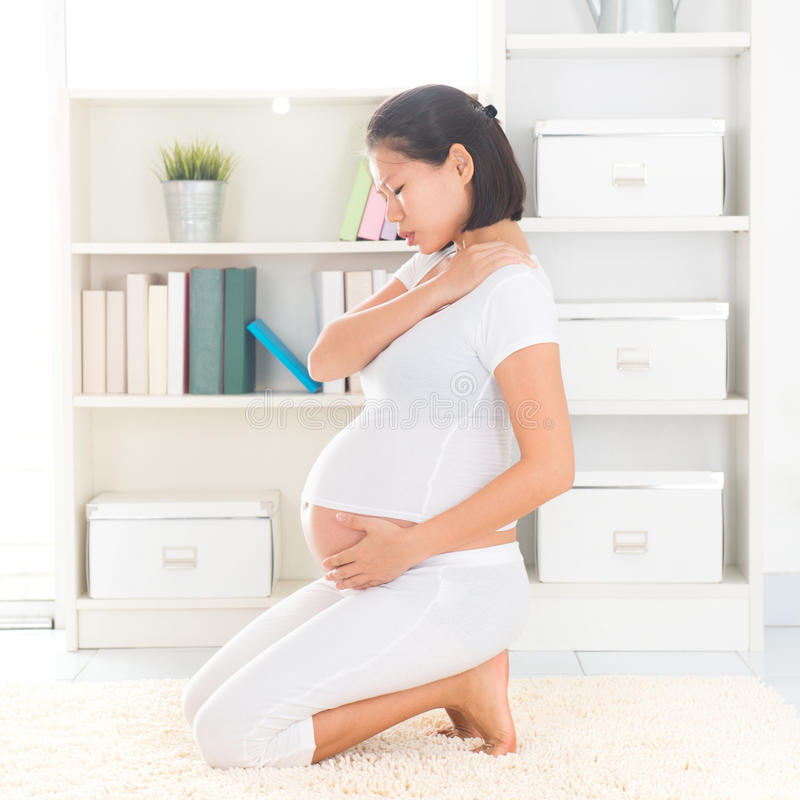 Zwangere vrouw die schouderpijn hebben royalty-vrije stock afbeelding