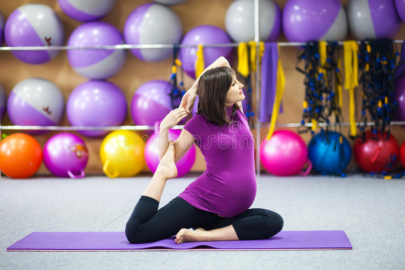 Zwangere vrouw die yoga doet royalty-vrije stock foto's