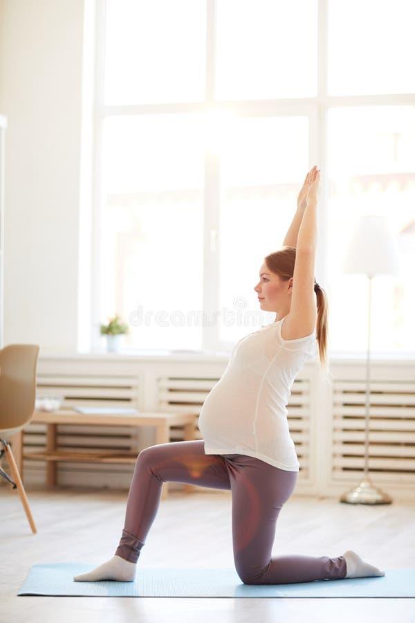 Zwangere vrouw die yoga doet royalty-vrije stock fotografie