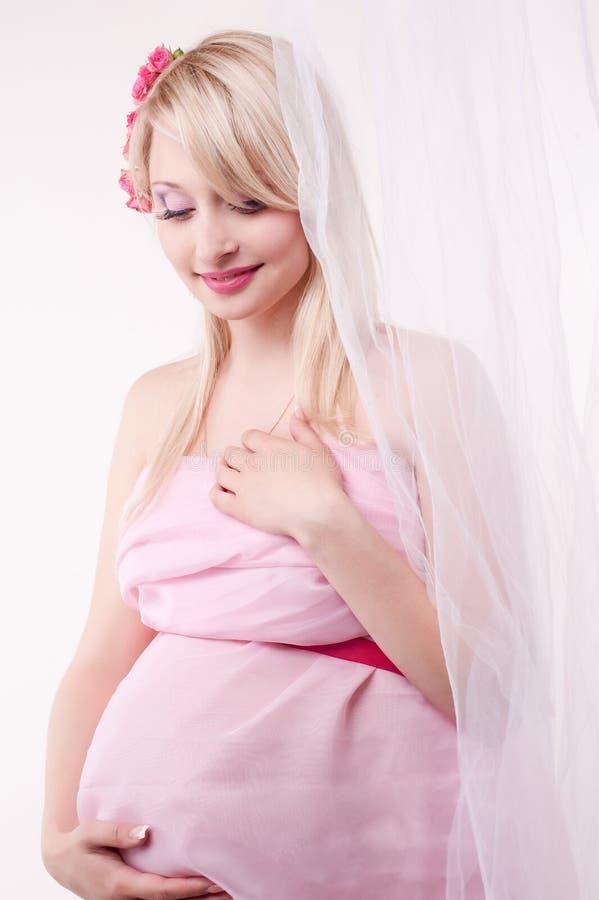 Zwangere vrouw in een fotostudio royalty-vrije stock afbeeldingen