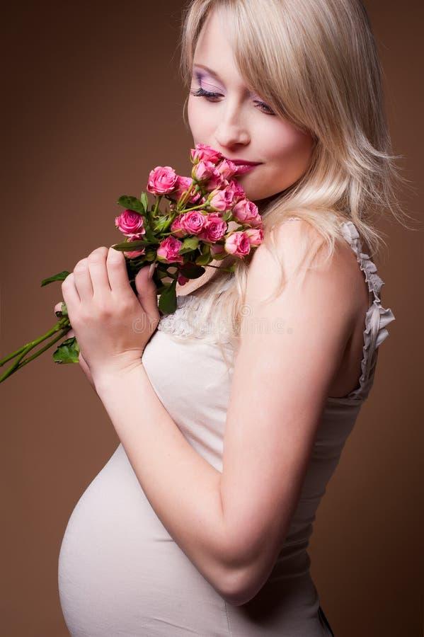 Zwangere vrouw in een fotostudio stock foto