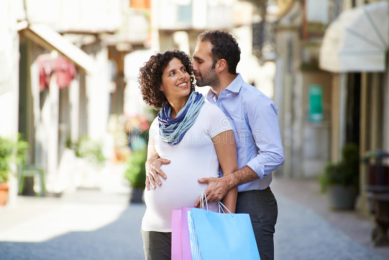 Zwangere vrouw en man die in Italië winkelen stock afbeelding
