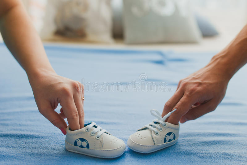 zwangere vrouw en man voor familieconcept stock fotografie