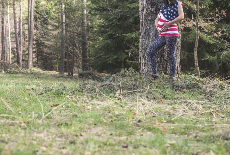 Zwangere vrouw in het bos stock afbeeldingen