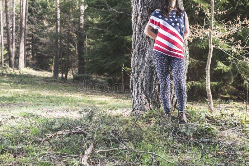 Zwangere vrouw in het bos royalty-vrije stock afbeelding