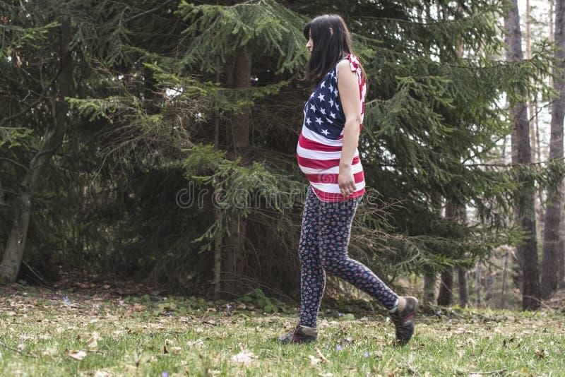 Zwangere vrouw in het bos stock fotografie