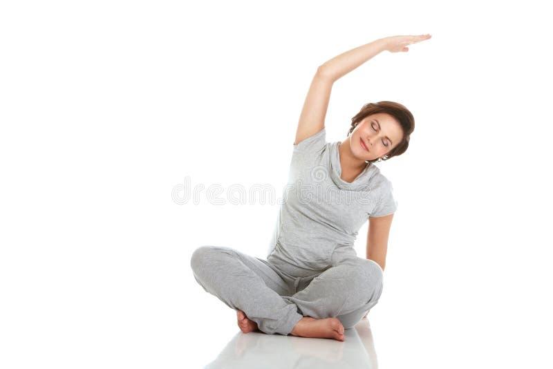 Zwangere vrouw het praktizeren aerobics stock afbeelding