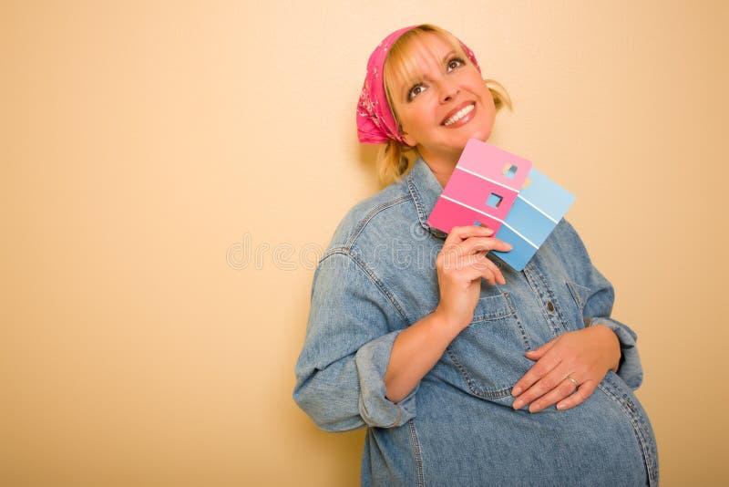 Zwangere Vrouw met de Roze en Blauwe Monsters van de Verf royalty-vrije stock afbeelding